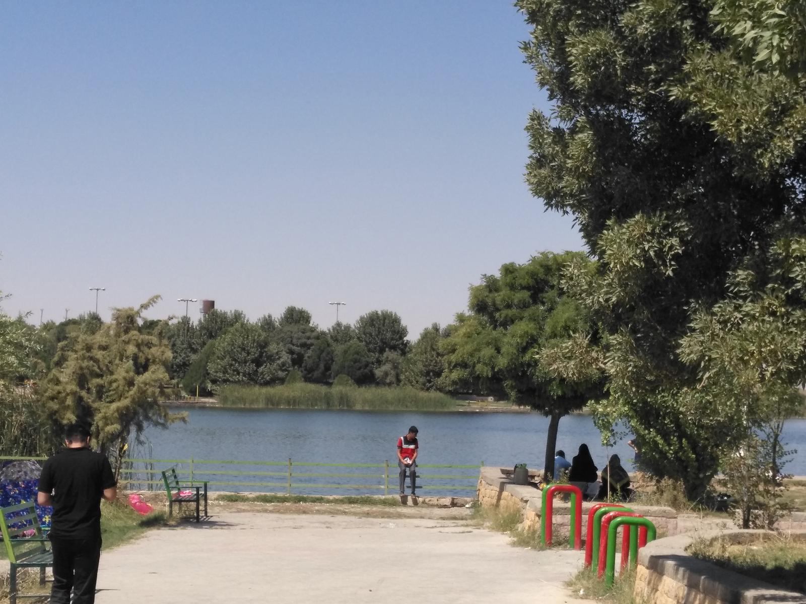 کنار دریاچه