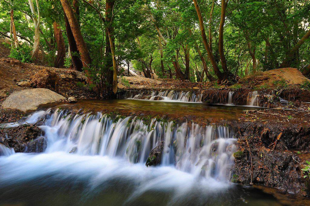نمایی از یک آبشار در بهشت گمشده شیراز