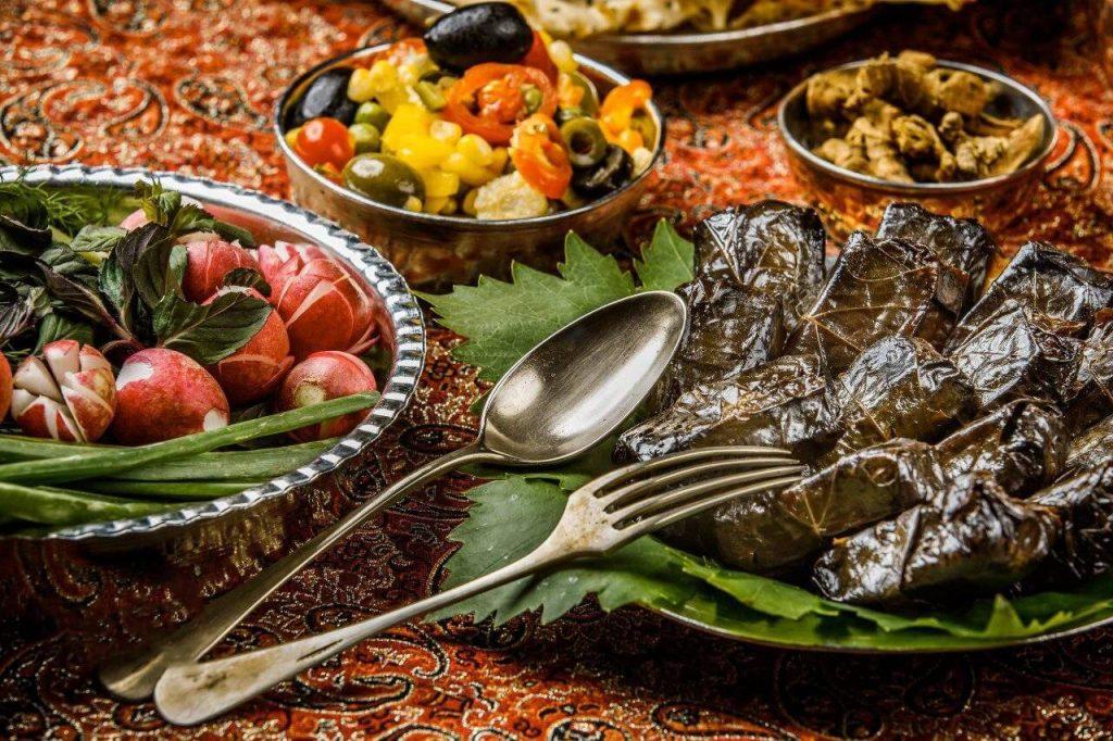 دلمه برگ مو تبریزی با تزئین باسلیقه تبریزی ها- یکی از بهترین غذاهای تبریز