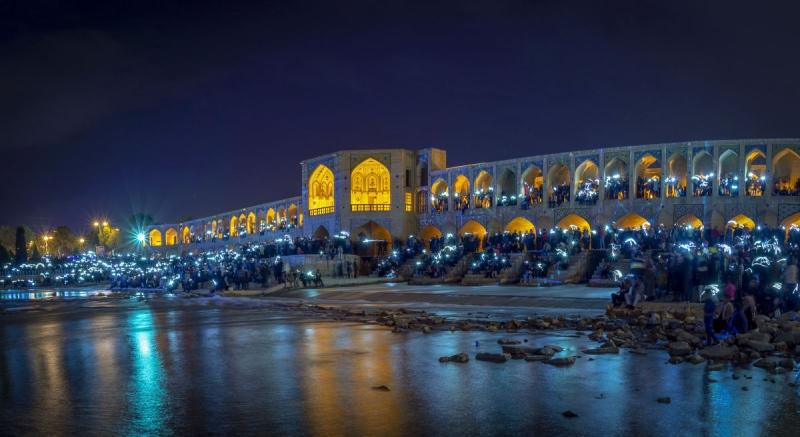 شبهای روشن اصفهان در کنار زاینده رود