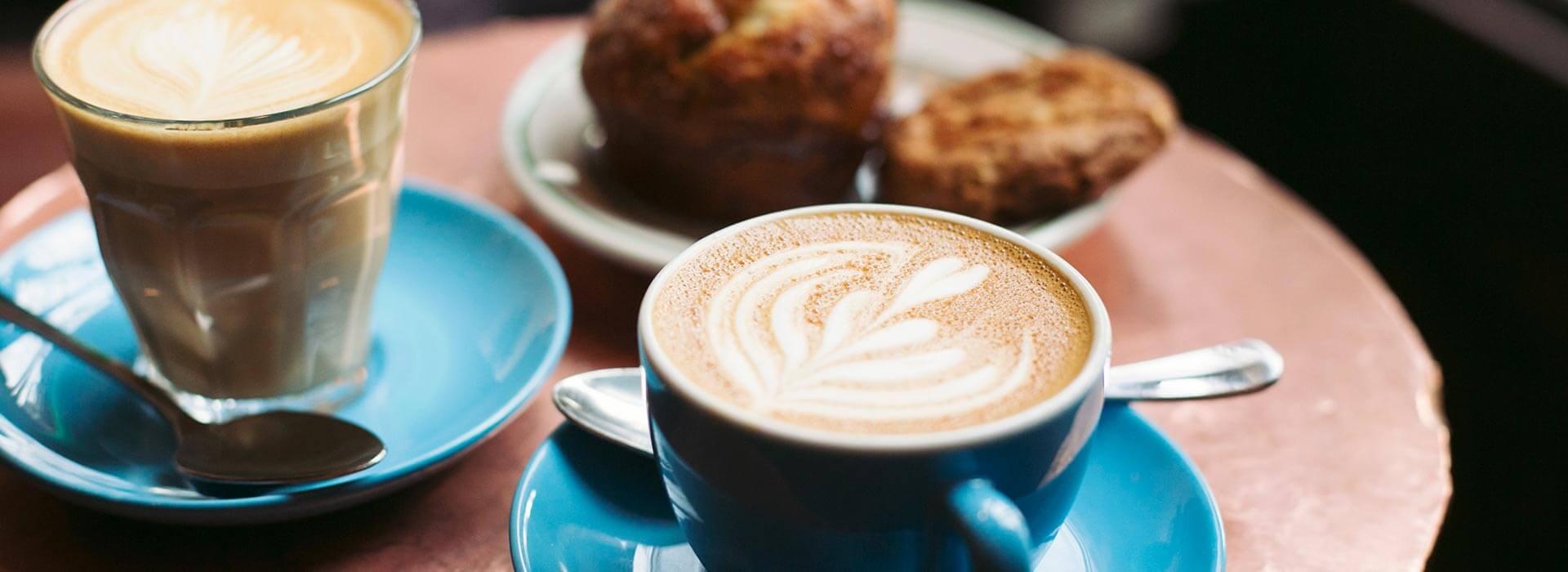 نوشیدن قهوه در شهرهای مختلف در سفر کاری