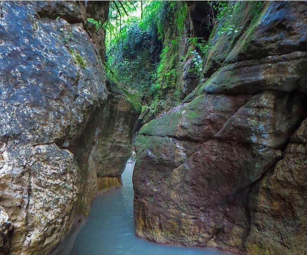 رودخانه تنگه دار میان دو صخره زیبا