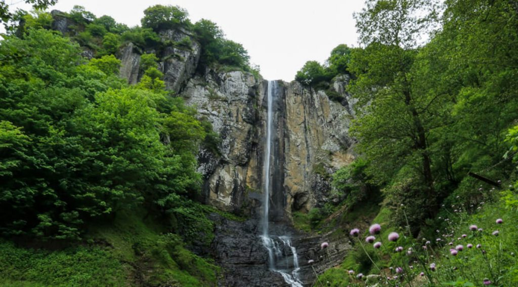 ارتفاع بلند آبشار لوندویل و سرسبزی اطرافش