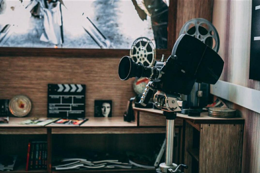 نوشیدن قهوه در سهرهای مختلف؛ کافه سینمایی در اردبیل