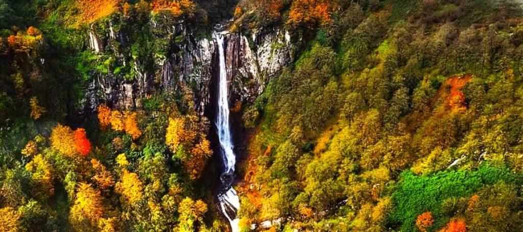 فصل پاییز آبشار لاتون و برگهای رنگی جنگلش