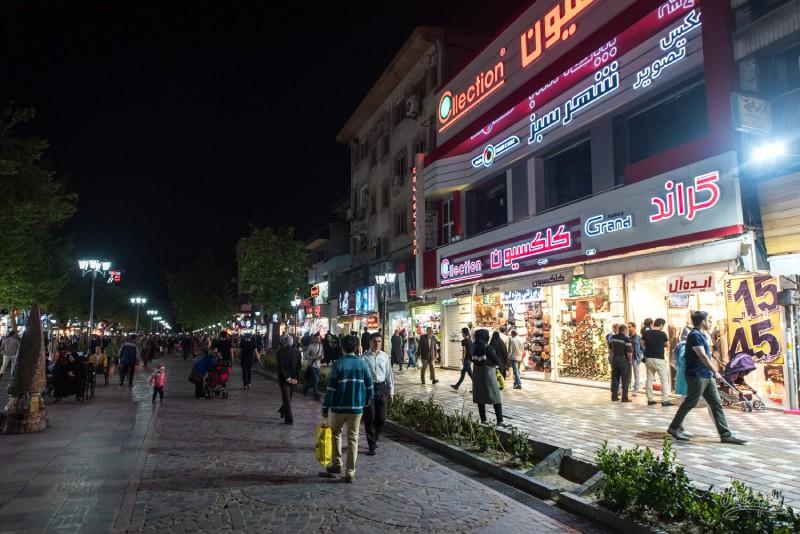 میدان شهرداری رشت در شب