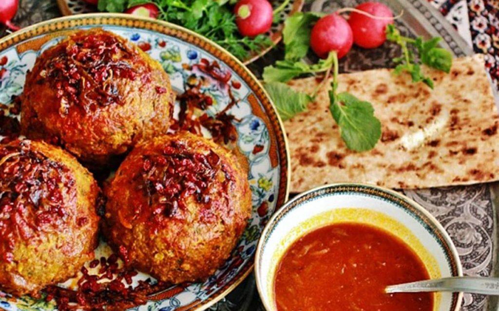 کوفته تبریزی با نان و سبزی؛ معروف ترین غذای تبریزی