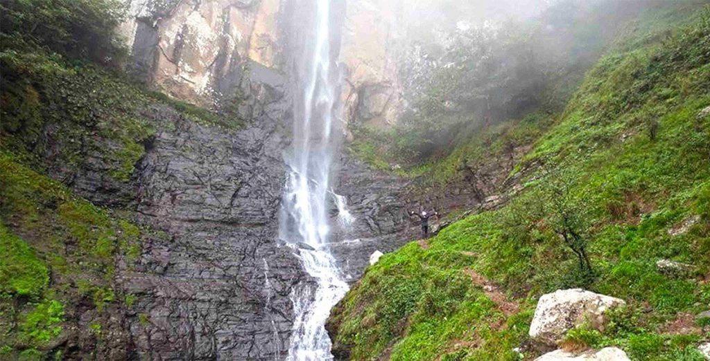 سرازیر شدن آب از ارتفاع بلند آبشار لاتون