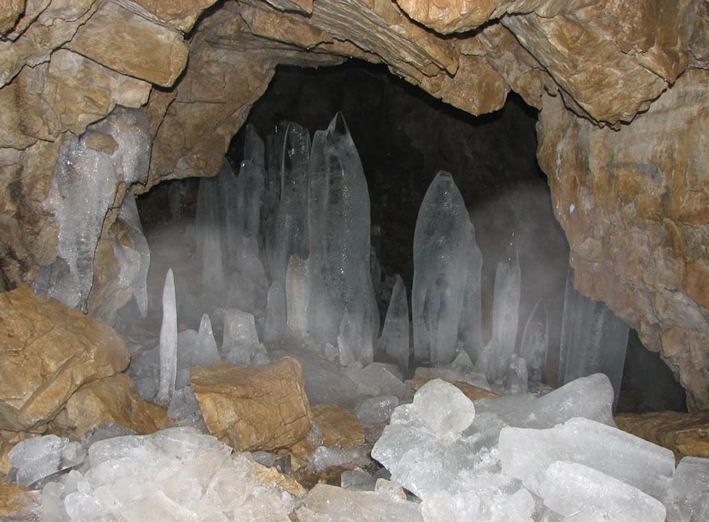قندیل های یخی در غار یخ مراد در اطراف تهران